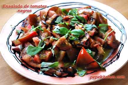Receta de ensalada de tomates negros con albahaca