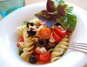 Ensalada de templada de pasta con tomates cherry y mozzarella © José Maldonado