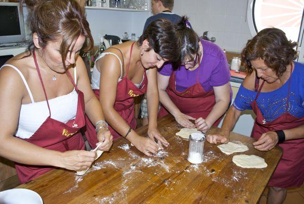 Pan naan con yogurt y semillas de cebolla, estirado de la masa