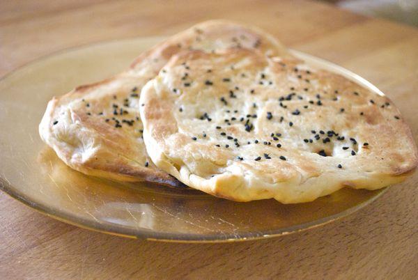 Pan naan con yogurt y semillas de cebolla