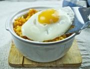 pastel de arroz y huevo frito - 2
