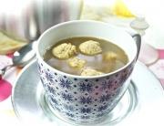Sopa de albóndigas de pollo y parmesano