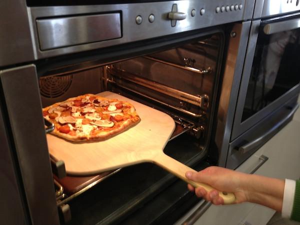 Receta de pizza de peras y gorgonzola pepekitchen for Pala horno pizza